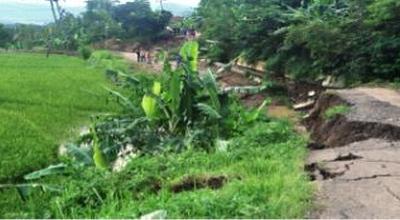 Jalan ambles di Cigintung (Foto: Iman Herdiana/Okezone)
