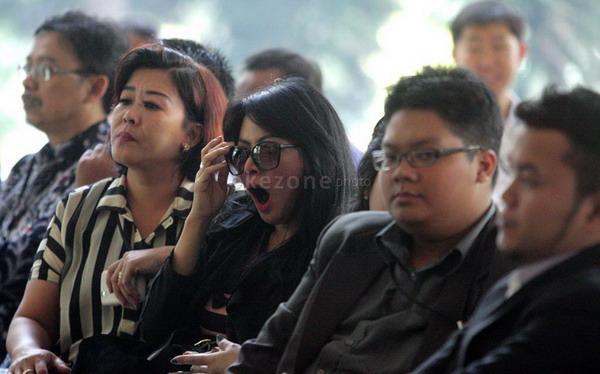 Vitalia Sesya menguap di ruang tunggu KPK (Foto: Heru/Okezone)