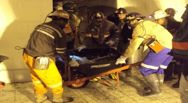 Petugas PTFI berupaya mengevakuasi korban reruntuhan terowongan (Dok: Humas PTFI)