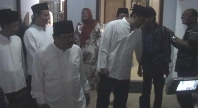Soekarwo-Saefullah Yusuf di Ponpes Darul Ulum Jombang (foto: Mukhtar B/Sindo TV)