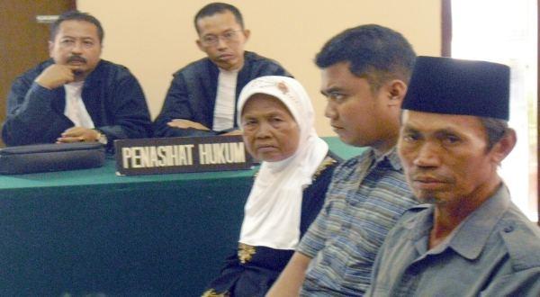 Artija & 2 terdakwa lainnya saat sidang di PN Jember (Foto: Juliatmoko/Koran Sindo)