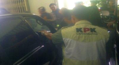 Petugas KPK periksa mobil Dada Rosada (Foto: Oris/Okezone)