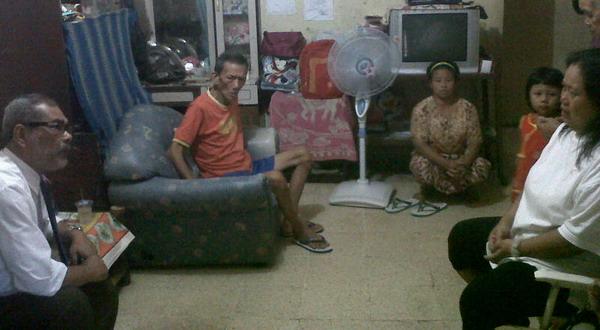 Arist Merdeka menemui keluarga siswa gantung diri (Foto: Marieska H/Okezone)