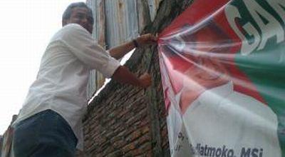 Ganjar Pranowo saat mencopot atribut kampanye (Foto: Nugroho S/okezone)