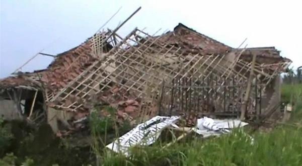 Rumah ambruk akibat puting beliung di Tasikmalaya (foto: Asep Juharyono/Sindo TV)