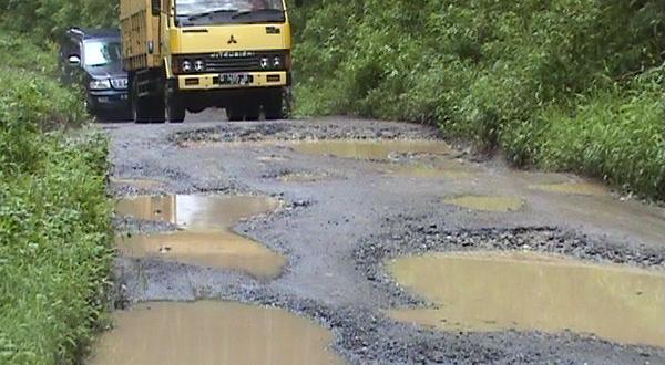 Kondisi jalan rusak di Desa Kali Bening (foto: Elis Novit/Sindo TV)