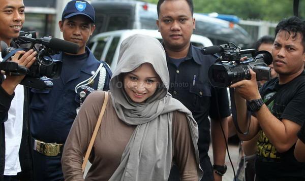 Istri muda Ahmad Fathanah, Sefti Sanustika (Foto: Heru/Okezone)