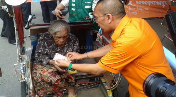 Seorang lansia mengambil BLSM (foto: Tri Ispranoto)