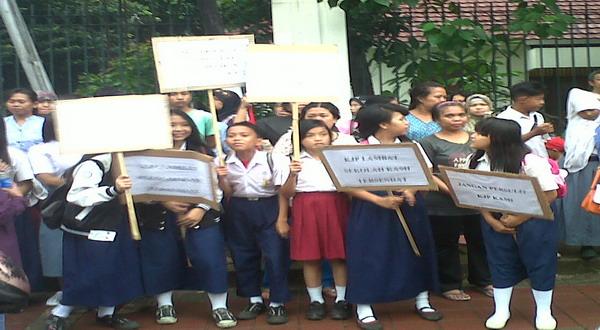 Siswa meminta Bank DKI mencairkan dana KJP (foto: Arief)