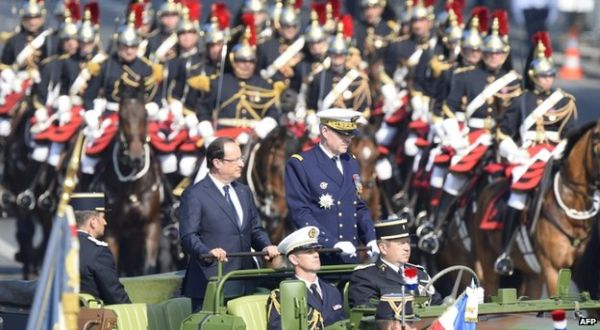 Francois Hollande dalam Parade Hari Bastille (Foto: BBC)