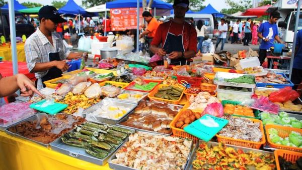 """""""Taragak Jo Kampuang"""", Buka Puasa Makan Nasi Kapau di Kramat Raya, Senen"""