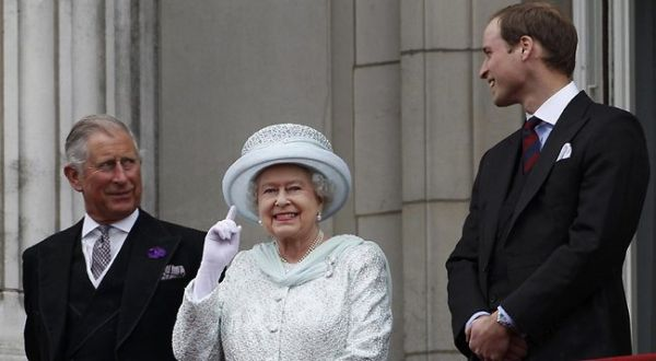 Ratu Elizabeth dengan Pangeran Charles dan Pangeran William (Foto: News)