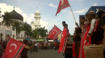 Warga melakukan konvoi pengesahan bendera GAM (Foto: Salman/okezone)