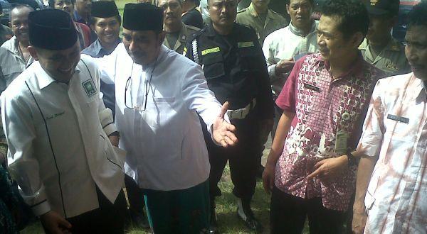 Ki Enthus Susmono saat mendaftarkan diri sebagai Bupati Tegal (Foto: Akrom H/Koran SI)