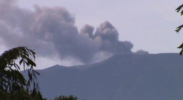Asap tebal dari puncak Gunung Marapi (foto: Wahyu Sikumbang/Sindo TV)