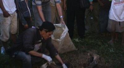 Petugas melakukan olah TKP penemuan kerangka manusia (Foto: Jimmy/Sindo TV)