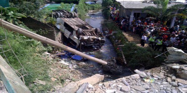 Bus masuk jurang di Cisarua (Foto: Endang Gunawan/Sindo TV)