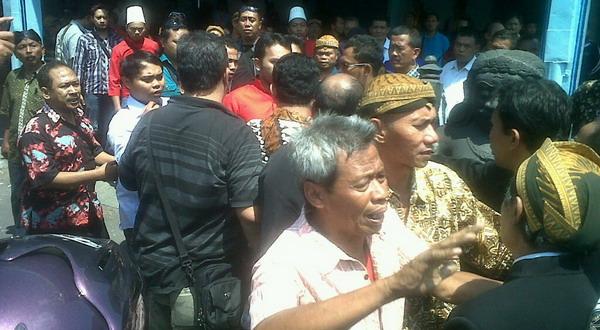 Warga bersitegang dengan prajurit Keraton Surakarta (Foto: Bramantyo/Okezone)