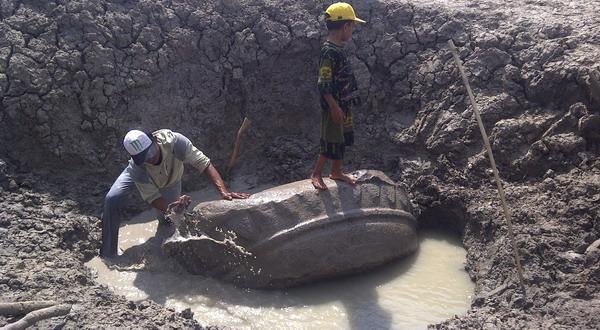 Warga menggali lesung kuno (Foto: Rustaman N/Sindo TV)