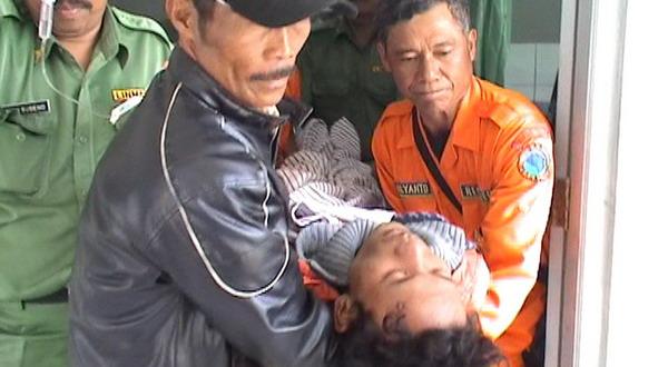 Tim SAR mengevakuasi pendaki yang hilang di Gunung Slamet (Foto: Catur/Sindo TV)