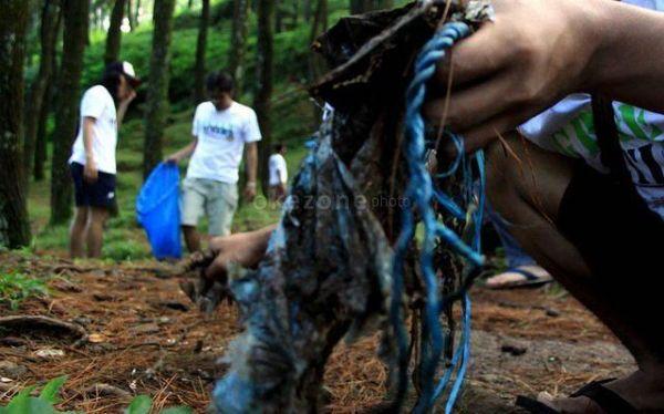 Ilustrasi bersih-bersih sampah. (Foto: Dede Kurniawan/Okezone)