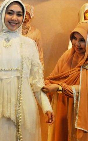 Irna Mutiara Rancang Tiga Baju Pernikahan Oki Setiana Dewi Okezone