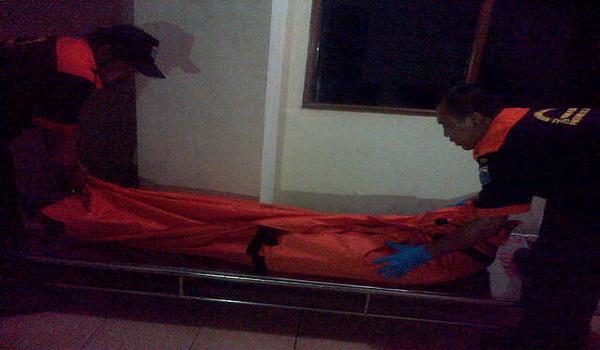 Petugas membawa mayat Monica (foto: Achmad Fardiansyah)