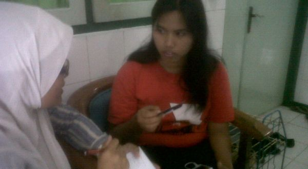 Erwiana Sulistianingsih saat menceritakan kekerasan yang dialaminya (Foto: Bramantyo/okezone)