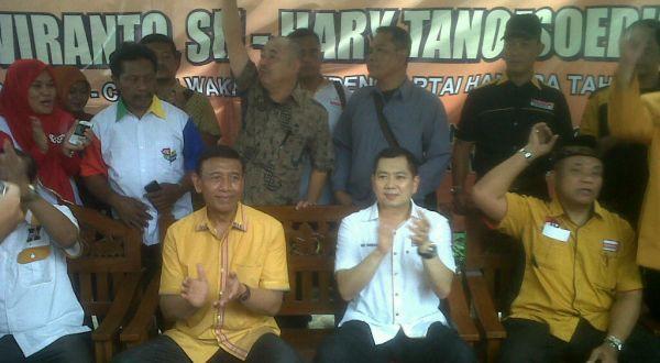 Wiranto dan Hary Tanoesoedibjo saat blusukan di kampung kumuh Solo