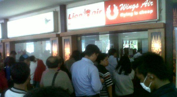 Antrean penumpang di loket Bandara Ahmad Yani Semarang (Foto: Timotius/okezone)