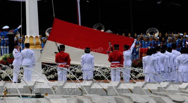Juana gita pembawa baki bendera hut ri ke 69 di istana for Dekor 17 agustus di hotel