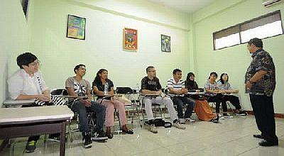 8 Mahasiswa Asing Belajar Bahasa Indonesia di Unesa