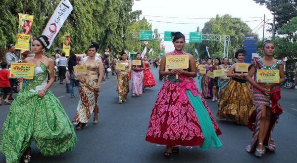Batik sudah jauh dari kesan kuno. Tidak heran, makin banyak anak muda mengenakan batik. (Ilustrai: Erika Lia/Koran Sindo)