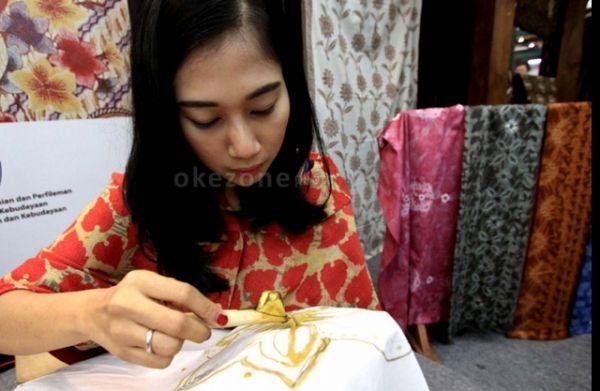 Mahasiswa Binus University ikut kompak mengenakan batik di Hari Batik Nasional. (Ilustrasi: dok. Okezone)