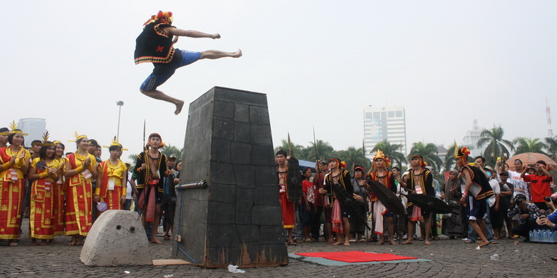 https: img.okezone.com content 2014 11 02 406 1060116 jerman-ingin-bikin-patung-tradisi-lompat-batu-nias-m7m709GR3B.jpg