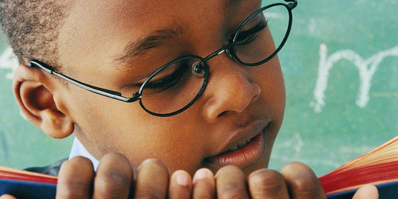 lensa mata menjadi pilihan tepat untuk anak dengan masalah penglihatan yang jauh lebih buruk di satu sisi mata.