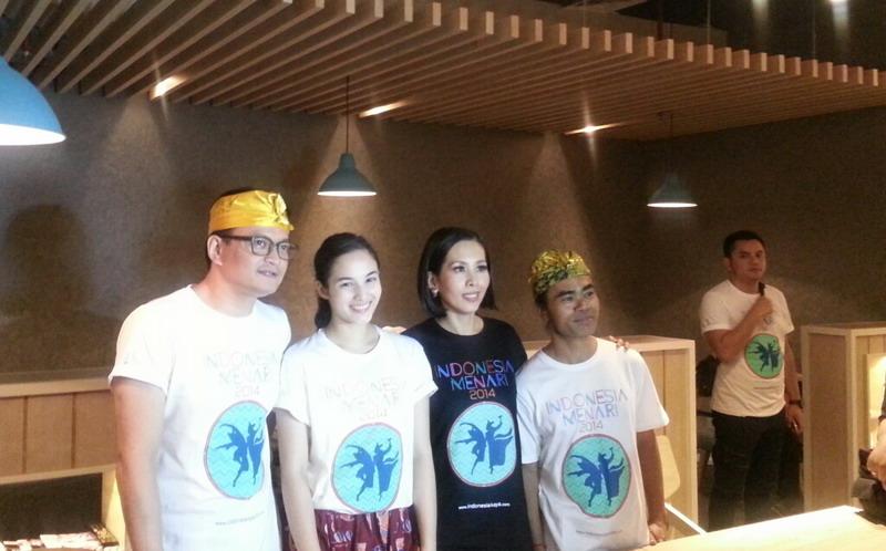 https: img.okezone.com content 2014 11 23 33 1069641 artis-artis-kampanye-tari-tradisional-indonesia-905W17a050.jpg