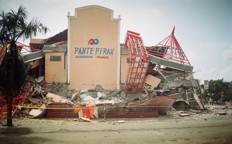 https: img.okezone.com content 2014 12 26 340 1084031 jk-menangis-saksikan-tayangan-tsunami-aceh-29UHaJoM0a.jpg