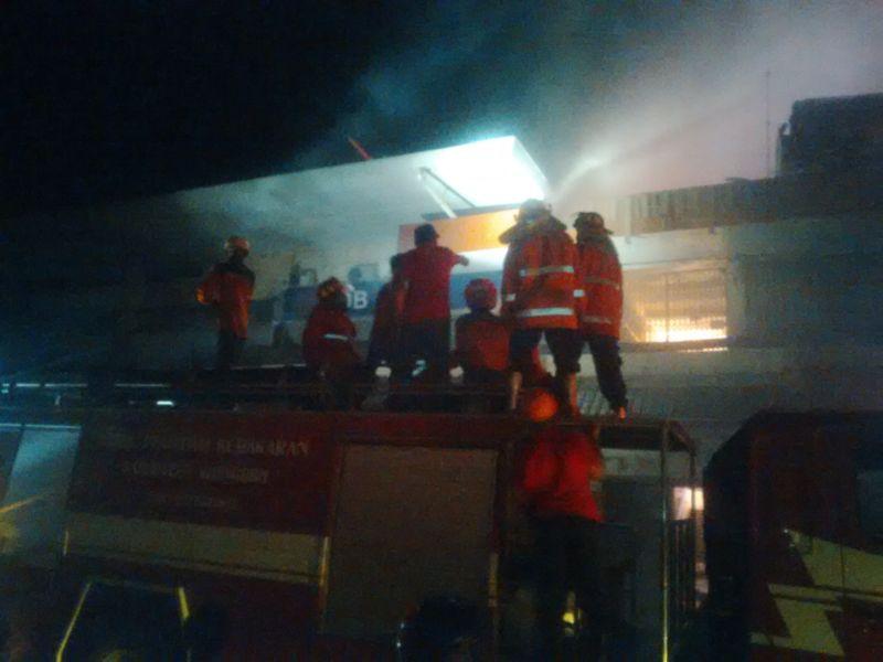 Wali Kota Solo Padamkan Api Pasar Klewer dari Atas Mobil Damkar : Okezone News