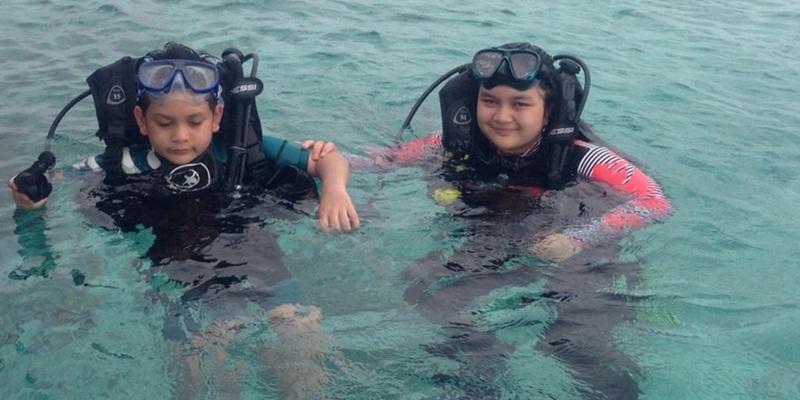 https: img.okezone.com content 2014 12 31 406 1086170 diver-cilik-ini-ketagihan-menyelam-di-wakatobi-NadpcsiDkv.jpg