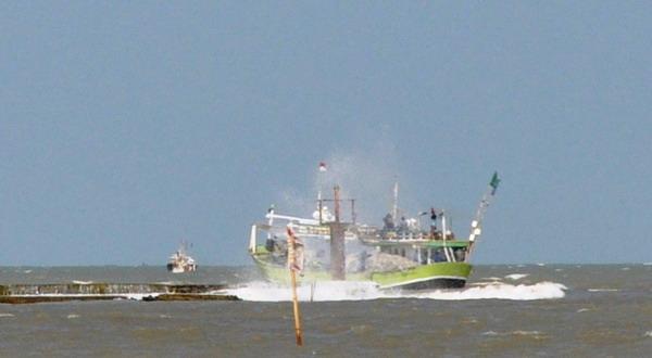 https: img.okezone.com content 2015 01 06 340 1088636 kapal-berisi-13-nelayan-yang-hilang-berhasil-ditemukan-nP5sW4ZUrF.jpg