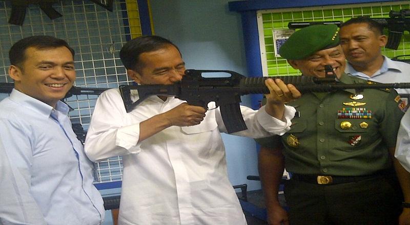 Jokowi Menjadi Model Dadakan Senjata Api Okezone Economy