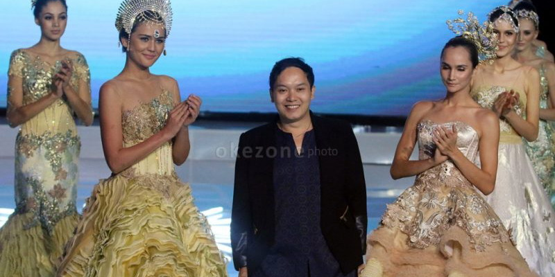 https: img.okezone.com content 2015 01 27 194 1098044 desainer-langganan-syahrini-buat-gaun-untuk-miss-india-indonesia-cBpqxKcGBk.jpg