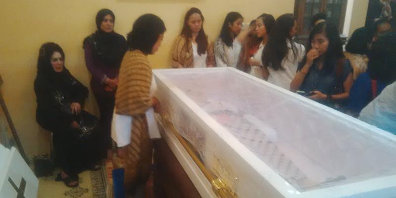 https: img.okezone.com content 2015 02 07 33 1102772 isak-tangis-iringi-pemakaman-djudjuk-srimulat-b7t3acNEB8.jpg