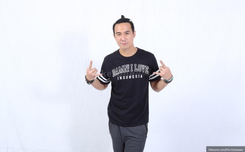 https: img.okezone.com content 2015 02 21 205 1108859 juri-idol-junior-daniel-mananta-dianggap-tak-netral-TDlTQISaG6.jpg