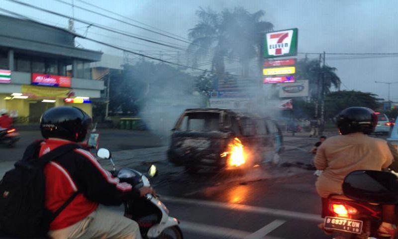 Angkot 02 Jurusan Jatiwaringin-Rawamangun Terbakar
