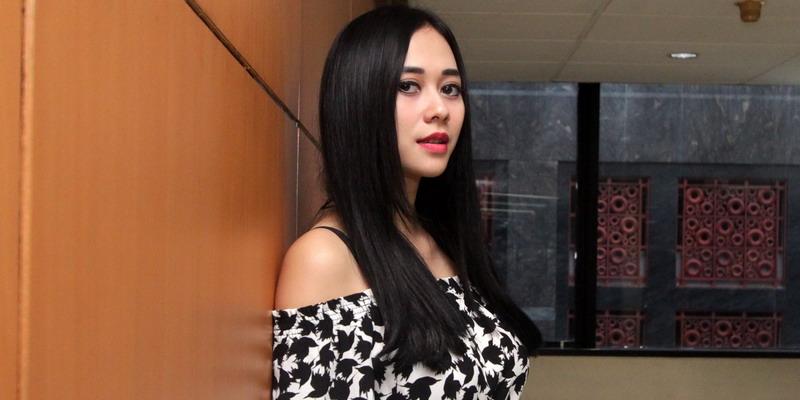 https: img.okezone.com content 2015 03 06 194 1114885 aura-kasih-tertarik-dengan-pesona-batu-akik-e2kjzl4E3w.jpg
