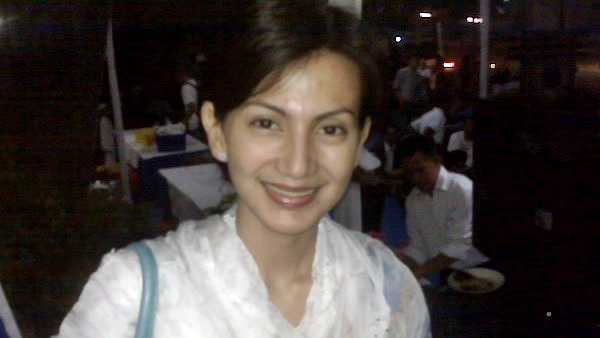 https: img.okezone.com content 2015 03 11 33 1116984 takut-ditanya-pernikahan-wanda-hamidah-kabur-nklKjML3sF.jpg