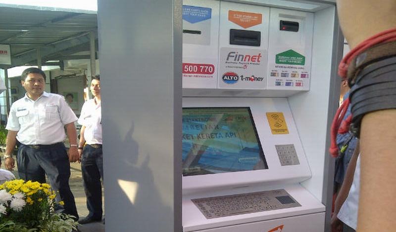 https: img.okezone.com content 2015 03 13 320 1118319 beli-tiket-kereta-kini-di-vending-machines-PkICbLSsbb.jpg