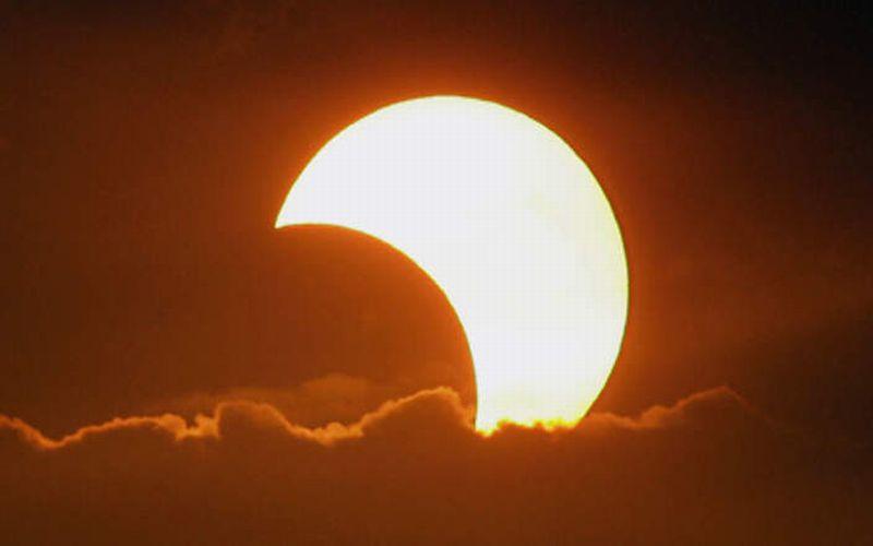 https: img.okezone.com content 2015 03 18 56 1120354 cara-aman-menyaksikan-langsung-gerhana-matahari-OfqcC2Fb1n.jpg